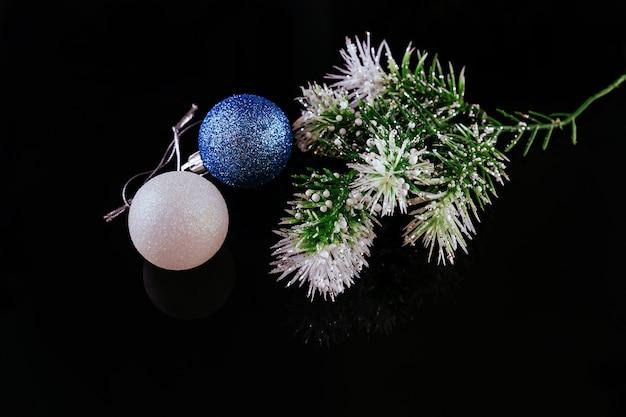 Sfondo di natale o capodanno: albero di pelliccia, rami, palline di vetro colorato e giocattoli, regali, decorazioni su sfondo bianco