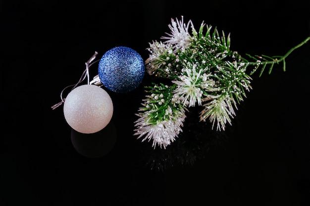 Sfondo di natale o capodanno: pelliccia, rami, palline di vetro colorate e giocattoli