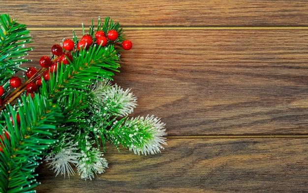 Natale o capodanno sfondo furtree rami palline di vetro colorate e giocattoli regali decorazione su un...