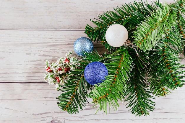 Natale o capodanno sfondo furtree rami palline di vetro colorate