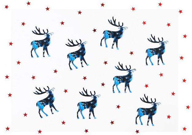 Sfondo di natale e capodanno con silhouette blu cervi e rossi coriandoli di stelle.