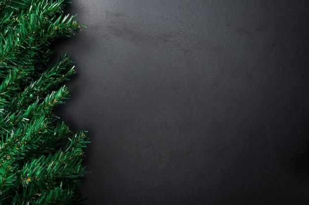 Composizione del nuovo anno di natale su priorità bassa nera. rami di abete, decorazioni natalizie. appartamento laico, vista dall'alto, copia dello spazio.