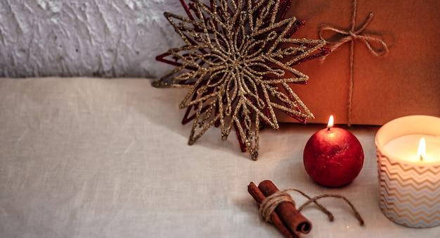 Composizione di natale o capodanno decorazioni natalizie in colori oro e rosso