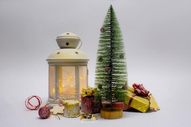 Composizione di natale e capodanno. festosa lampada incandescente con albero di natale e decorazioni