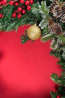 Pentecoste della composizione nel nuovo anno di natale una priorità bassa rossa. documentazione di pigne, rami di abete e palle di natale. appartamento laico, vista dall'alto, copia dello spazio