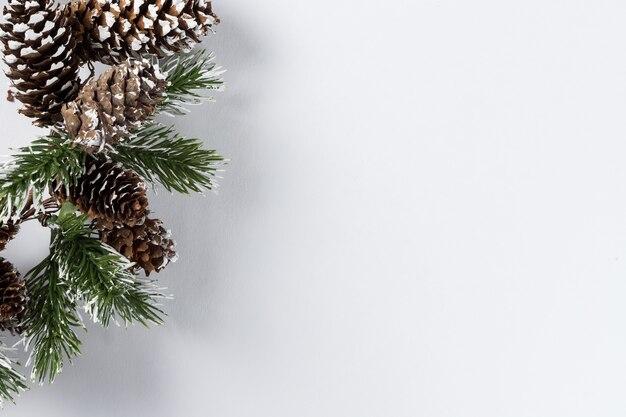 Composizione nel nuovo anno di natale su priorità bassa bianca. rami di abete, decorazioni natalizie. appartamento laico, vista dall'alto, copia dello spazio.