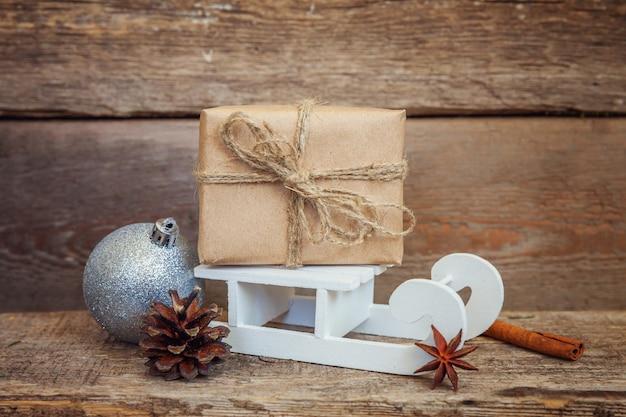 Natale capodanno composizione inverno oggetti e slitta su fondo in legno
