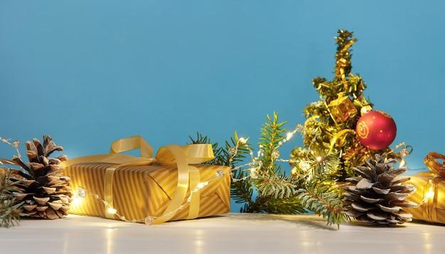 Composizione di natale o capodanno con luci e regali di decorazioni natalizie dorate