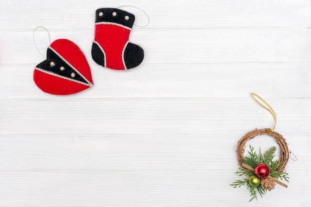 Decorazioni natalizie e di capodanno realizzate con cornice ad angolo con ornamenti di capodanno