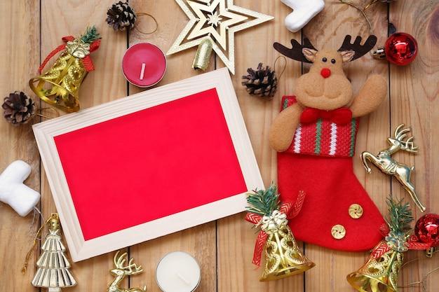 Decorazioni natalizie e capodanno cornice su pavimento in legno e spazio per il design nel tuo lavoro.