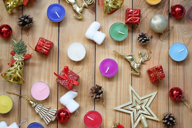 Decorazioni natalizie e capodanno su pavimento in legno e copia spazio per il design nel tuo lavoro.
