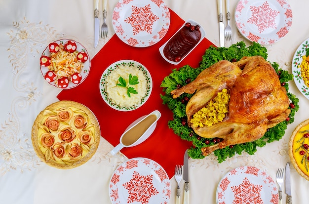 Cena di natale o capodanno con tacchino arrosto e piatti della tradizione. vista dall'alto.