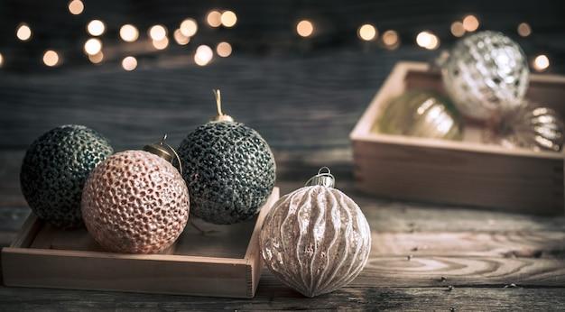 Sfondo festivo di natale o capodanno, giocattoli vintage sull'albero di natale su uno sfondo di legno con una ghirlanda con luci