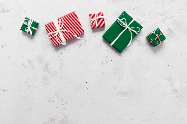 Natale e capodanno distesi con varie scatole regalo presenti vista dall'alto
