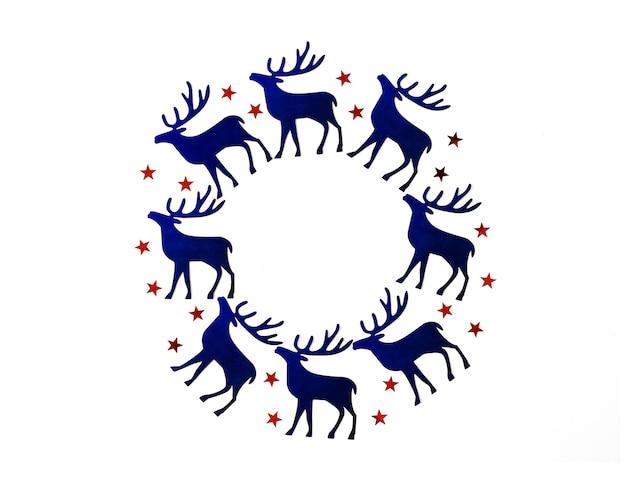 Cornice di natale e capodanno con silhouette blu cervi e rossi stelle coriandoli.