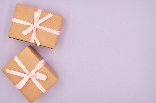 Contenitori di regalo di natale o capodanno con lo spazio della copia