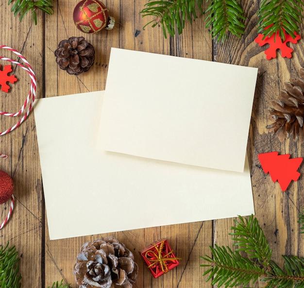 Biglietto di auguri di natale e capodanno con rami di abete, pigne e decorazioni natalizie