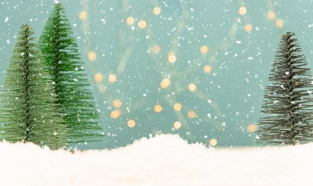 Cartolina d'auguri di natale o capodanno con abeti giocattolo su bokeh blu
