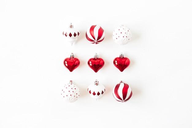 Composizione di festa di natale capodanno. palle rosse e bianche delle bagattelle di natale su bianco
