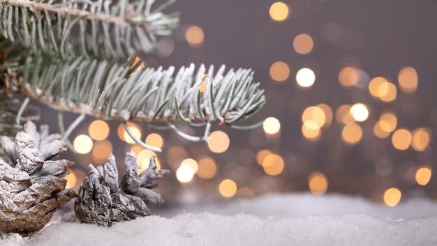 Fondo di feste di natale e capodanno. stagione invernale. biglietto di auguri con rami di abete e pigne