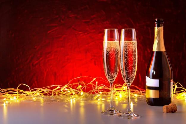 Sfondo di vacanze di natale e capodanno con lo spazio della copia. bicchiere di champagne di capodanno e luce dorata.