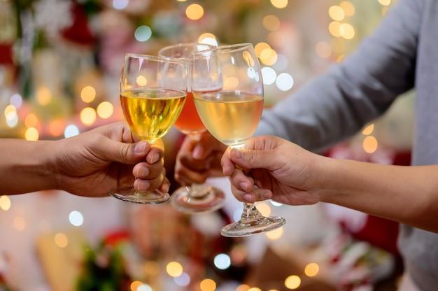 Festa di natale e capodanno con gli amici. bere vino rosso e champagne per festeggiare in vacanza.
