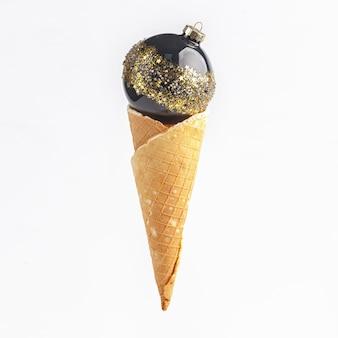 Composizione di vigilia di capodanno di natale. addobbi natalizi a corna di cialda per gelato