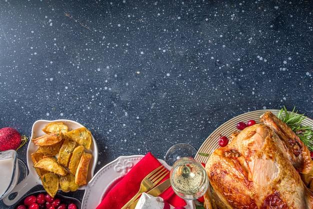 Cena di tacchino di natale o capodanno con vari ingredienti