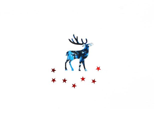 Natale e capodanno con silhouette blu cervi e rossi stelle coriandoli.