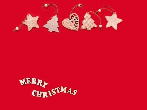 Vacanze di natale e capodanno palline di natale e iscrizione buon natale su sfondo rosso
