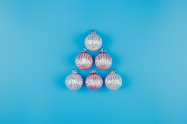 Sfondo minimalista di natale o capodanno, con palle di natale sull'azzurro