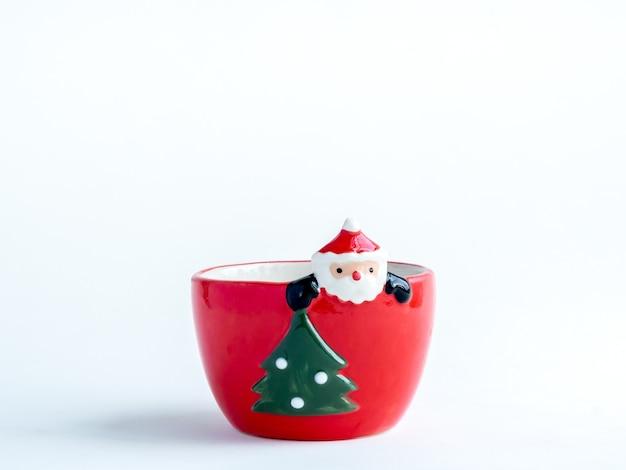 Concetto di oggetto di natale, vaso rosso sveglio vuoto della pianta del babbo natale con l'albero di natale isolato sopra