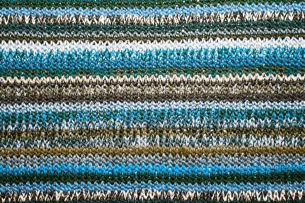 Maglia ornamentale natalizia con strisce. trama di sfondo maglione lavorato a maglia. fondo strutturato del tessuto a maglia reale