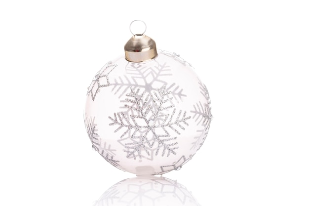 Palle di ornamenti di natale isolate su uno sfondo bianco