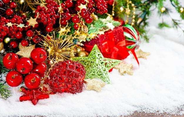 Decorazione di ornamenti di natale e scatole regalo su sfondo bianco. ornamenti verde oro rosso