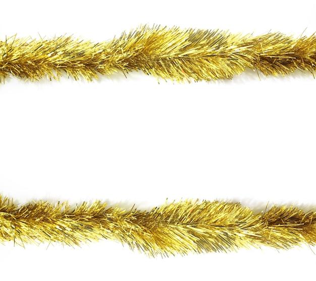 Cornice di ornamenti di natale su uno spazio bianco