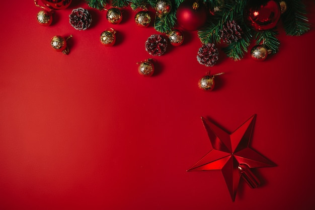 Ornamenti di natale su sfondo rosso