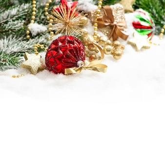 Ornamenti di natale palline rosse e decorazioni dorate su sfondo bianco