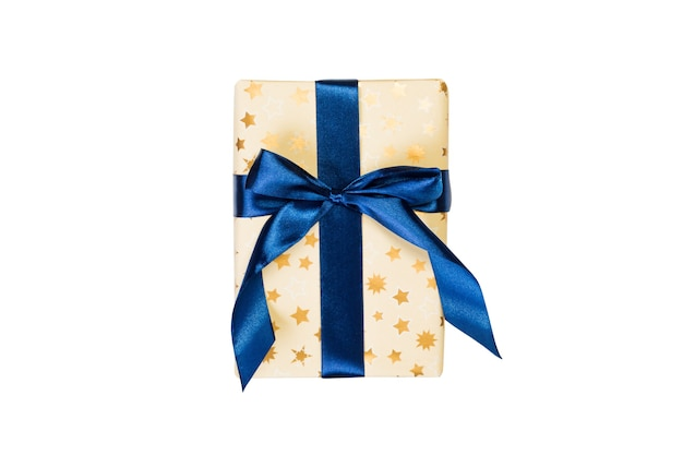 Regalo fatto a mano per natale o altre festività in carta dorata con nastro azzurro. isolato su sfondo bianco, vista dall'alto. ringraziamento confezione regalo concetto.