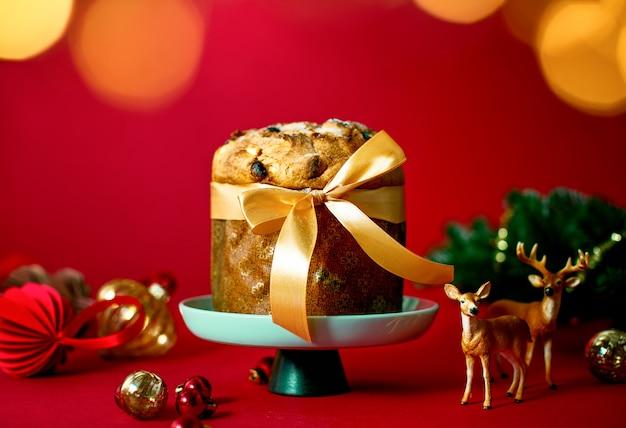 Panettone natalizio decorato per una tavola festiva, vista frontale