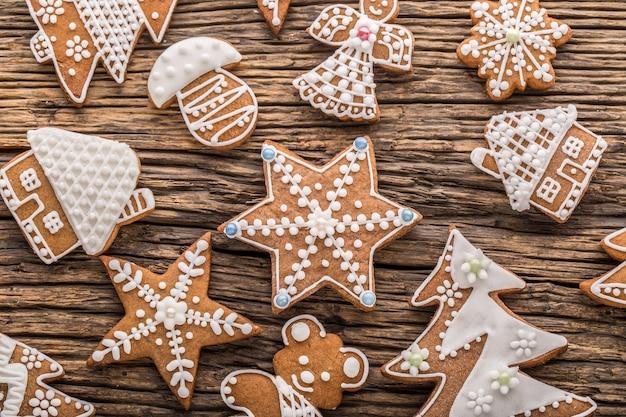 La pasticceria di natale stars il pan di zenzero sul bordo di legno rustico. periodo natalizio.