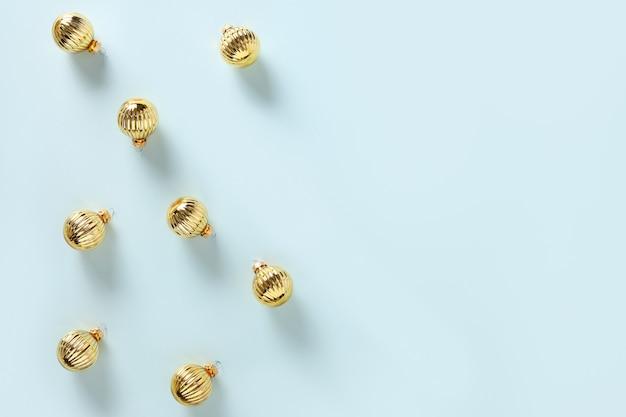 Motivo natalizio di decorazioni dorate e palline su vista dall'alto blu