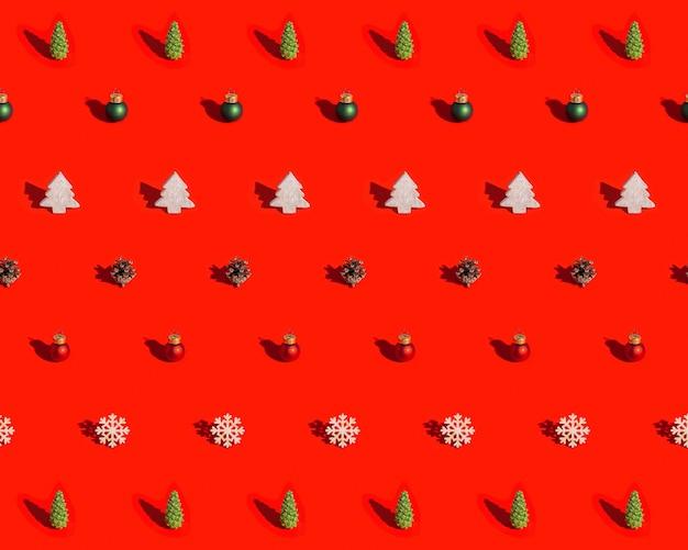 Motivo natalizio con decorazioni naturali giocattoli in legno pigna con ombra scura su rosso