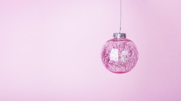 Pallina di natale rosa, palla lucida appesa.