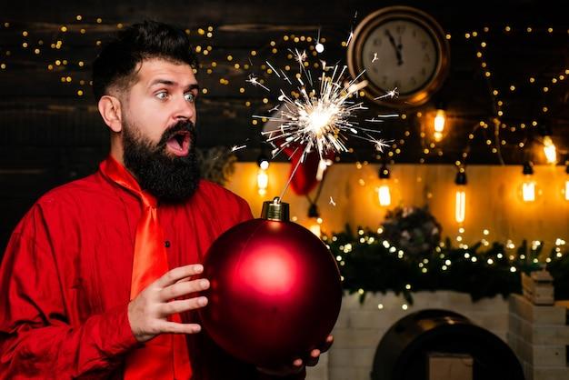 Preparazione natalizia. babbo natale felice. esplosione di scintille. vendita di natale. babbo natale divertente augura buon natale e felice anno nuovo. boom