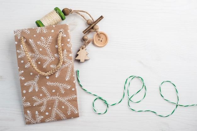 Confezione regalo di natale, avvolgimento spago