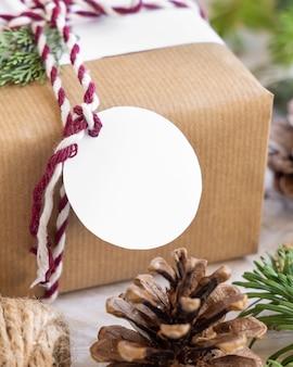 Regalo di natale con etichetta regalo rotonda vuota da vicino, mockup
