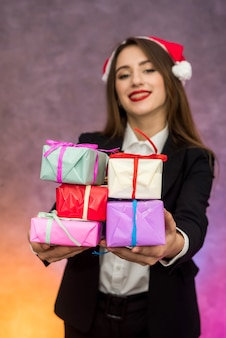 Concetto di regali di natale. bella donna con scatole regalo colorate colorful