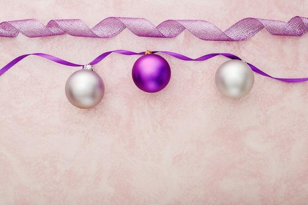 Decorazioni natalizie viola e argento