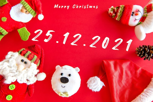 Bambole di pezza di natale su sfondo rosso. decorazione natalizia.